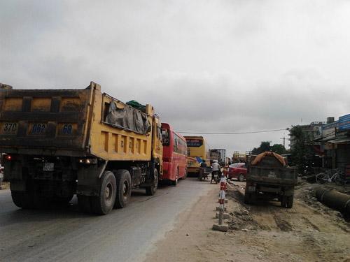 Xe tải văng bánh ra đường khi đang lưu thông - 2