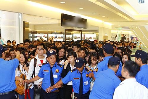 Fan Việt sướng rơn ôm chặt Shayne Ward - 15
