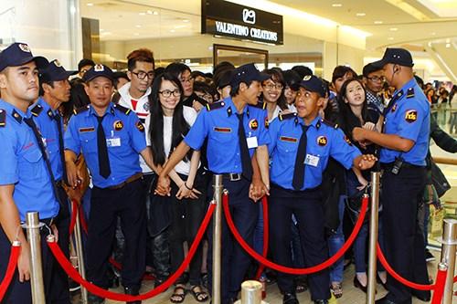 Fan Việt sướng rơn ôm chặt Shayne Ward - 16