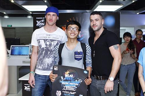 Fan Việt sướng rơn ôm chặt Shayne Ward - 9