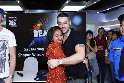 Fan Việt sướng rơn ôm chặt Shayne Ward - 1
