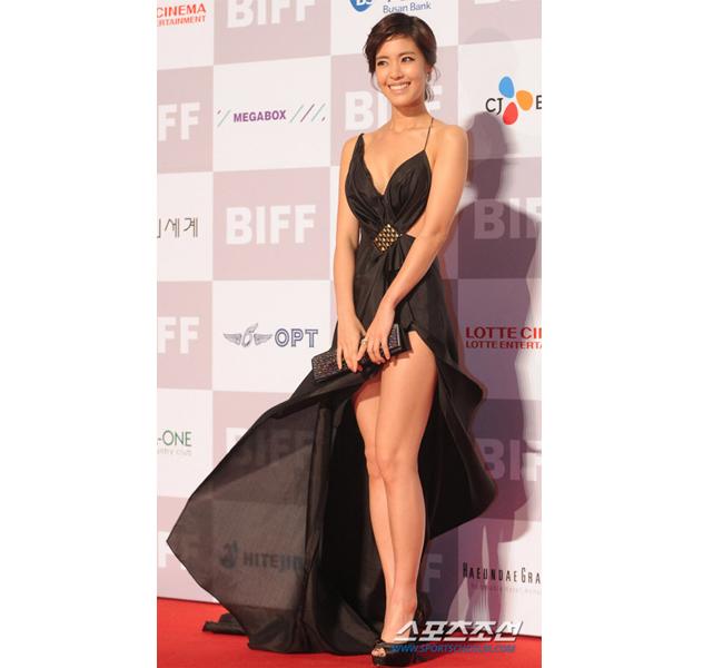 Lee Yoon Ji gượng cười vì lo giữ váy. Hình ảnh này của người đẹp được đông đảo fan rất yêu thích.