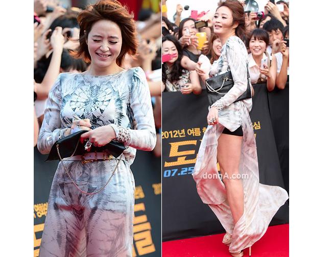 & nbsp;Kim Hye Soo loay hoay giữ tà váy trong lúc giao lưu với người hâm mộ.