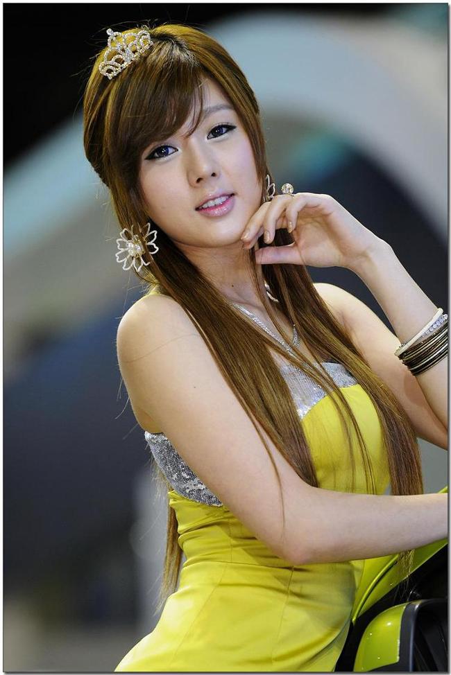 """Hwang Mi Hee được xem là một trong những người mẫu xe hơi nổi tiếng nhất Hàn Quốc hiện nay. Cô được biết đến với vẻ đẹp hoàn hảo  """" từ chân đến đầu """" ."""