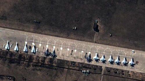 NATO công bố hình ảnh Nga dồn quân áp sát Ukraine - 1