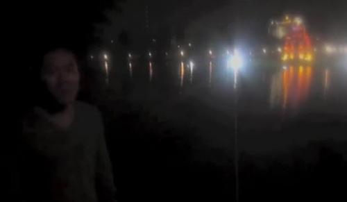 """Nửa đêm bơi ra Tháp Rùa để """"xem có gì"""" - 1"""