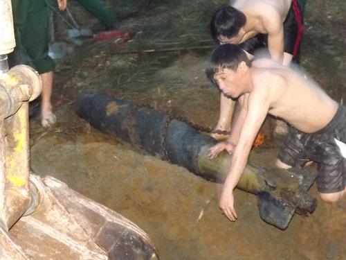 """Nghệ An: Phát hiện quả bom """"khủng"""" dưới sông - 1"""