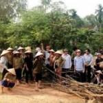 An ninh Xã hội - 100 cảnh sát giải cứu 4 đồng nghiệp bị dân vây đánh