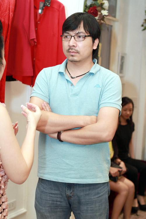 Giáo sư Cù Trọng Xoay đưa vợ bầu đi shopping - 4