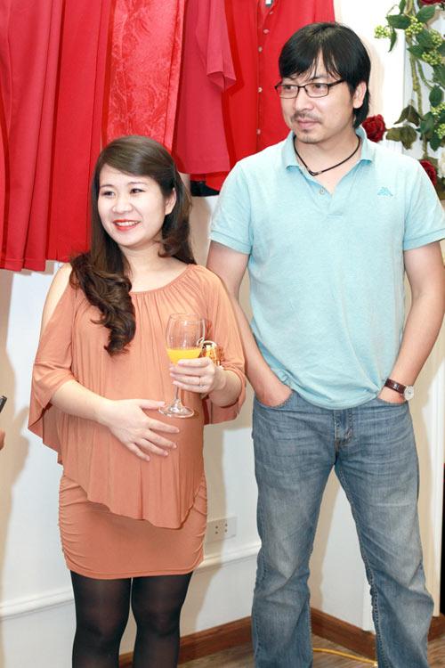 Giáo sư Cù Trọng Xoay đưa vợ bầu đi shopping - 2