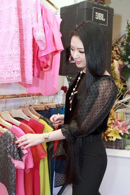 Giáo sư Cù Trọng Xoay đưa vợ bầu đi shopping - 9