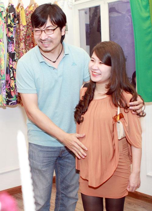 Giáo sư Cù Trọng Xoay đưa vợ bầu đi shopping - 1