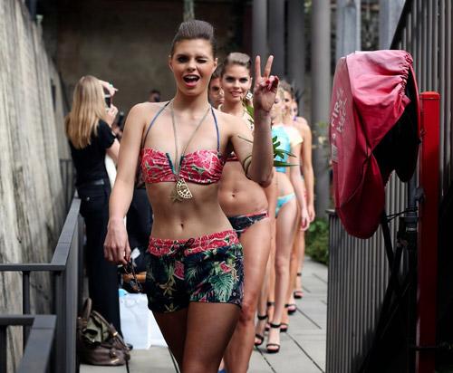 Người mẫu bikini bế trăn bạch tạng lên sàn diễn - 14