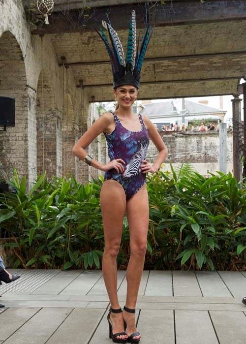 Người mẫu bikini bế trăn bạch tạng lên sàn diễn - 11