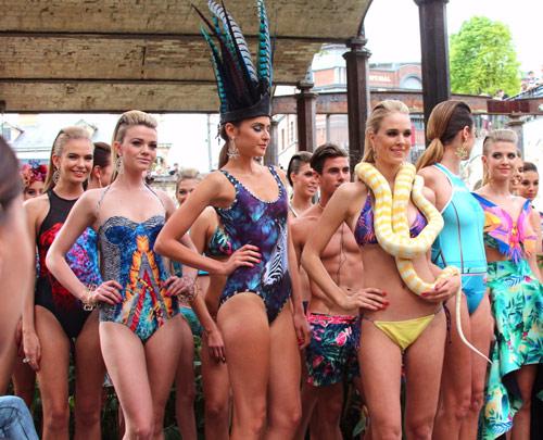 Người mẫu bikini bế trăn bạch tạng lên sàn diễn - 15