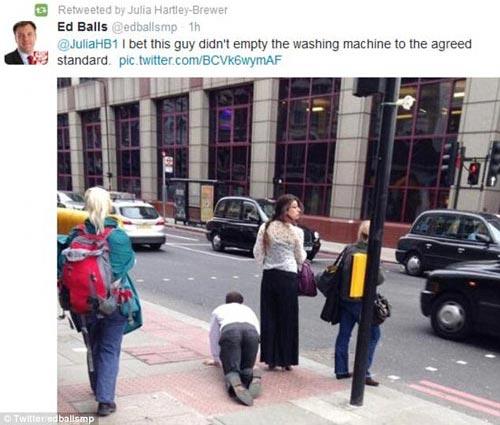 Người đàn ông bị buộc cổ, phải bò trên phố - 3