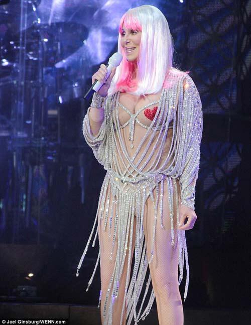 67 tuổi, diva Cher vẫn gây sốc - 1