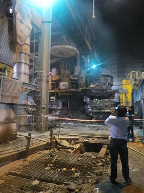 Vụ nổ nhà máy thép: Nước thép 1.500 độ C bắn như pháo bông - 2