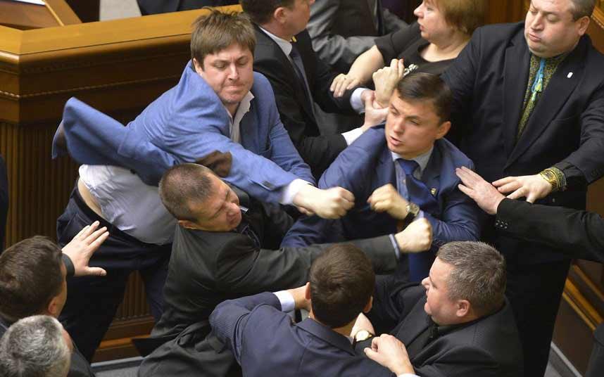 Ảnh ấn tượng: Nghị sĩ Ukraine đấm nhau túi bụi - 1