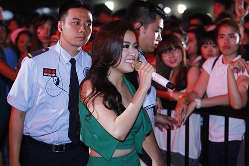 Hoàng Thùy Linh tỏa sức nóng trong đêm - 2