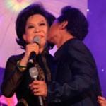 Ca nhạc - MTV - Chế Linh bạo dạn hôn... Giao Linh trên sân khấu