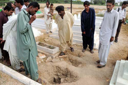 Pakistan: Bắt kẻ ăn thịt hơn 100 xác chết - 2