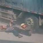 Tin tức trong ngày - TQ: Cha già xả thân cứu con dưới gầm xe tải