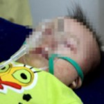 Tin tức trong ngày - Nỗi đau của người cha bế đứa con bất động vì sởi
