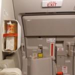 Tin tức trong ngày - Khách lại mở cửa thoát hiểm máy bay Vietnam Airlines