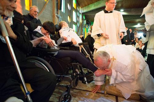 Giáo hoàng cúi mình hôn chân người tàn tật - 2