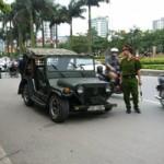 Tin tức trong ngày - Xe Jeep Mỹ rụng bánh trên đường phố Hà Nội