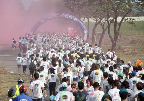 TPHCM: Hàng nghìn người vừa chạy vừa… tung bột màu