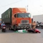 Tin tức trong ngày - Dừng xe sang đường, một phụ nữ bị container cán