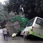Tin tức trong ngày - Xe tải đè bẹp đầu xe khách, hai người chết