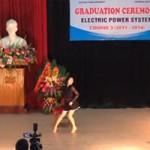Bạn trẻ - Cuộc sống - Nữ sinh nhảy sexy trong lễ tốt nghiệp ở HN