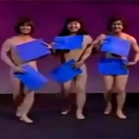 """Video: Vũ công """"múa khỏa thân"""" bị rơi mảnh che"""