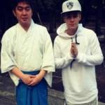 """Ca nhạc - MTV - Justin Bieber """"hứng đá"""" vì đến thăm ngôi đền ở Nhật"""