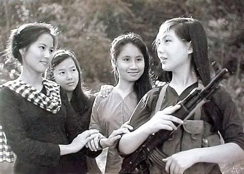 """""""Truy lùng"""" các nữ dân quân gây sốt mạng Việt - 1"""
