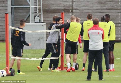 """Suarez """"va chạm"""" với đồng đội trên sân tập - 4"""