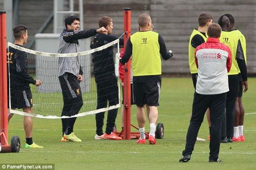"""Suarez """"va chạm"""" với đồng đội trên sân tập - 2"""