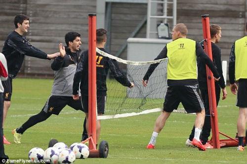 """Suarez """"va chạm"""" với đồng đội trên sân tập - 3"""