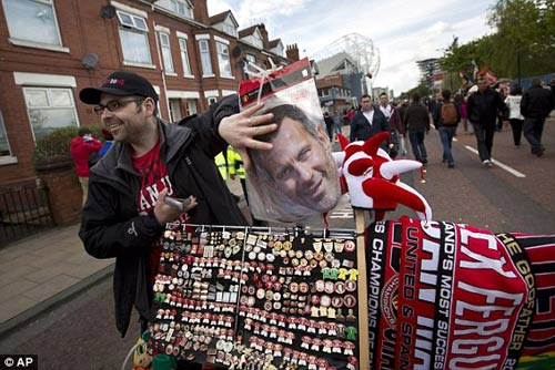 MU: Old Trafford náo nhiệt chào đón Ryan Giggs - 2