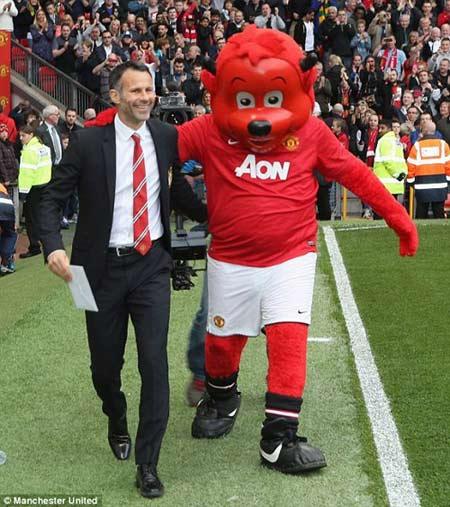 MU: Old Trafford náo nhiệt chào đón Ryan Giggs - 6