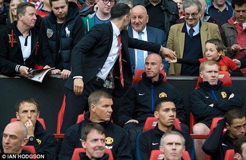 MU: Old Trafford náo nhiệt chào đón Ryan Giggs - 7