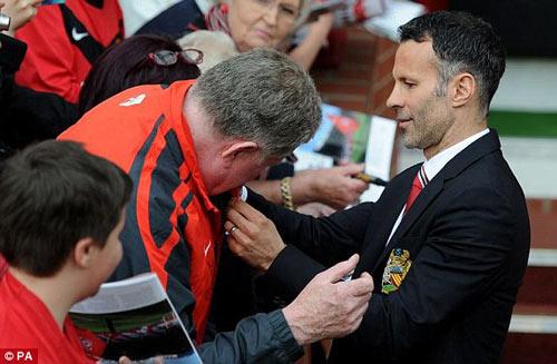 MU: Old Trafford náo nhiệt chào đón Ryan Giggs - 9