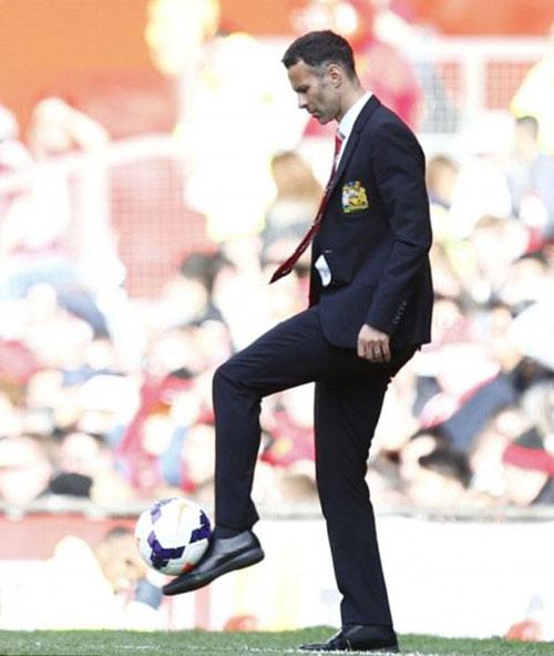 MU: Old Trafford náo nhiệt chào đón Ryan Giggs - 13