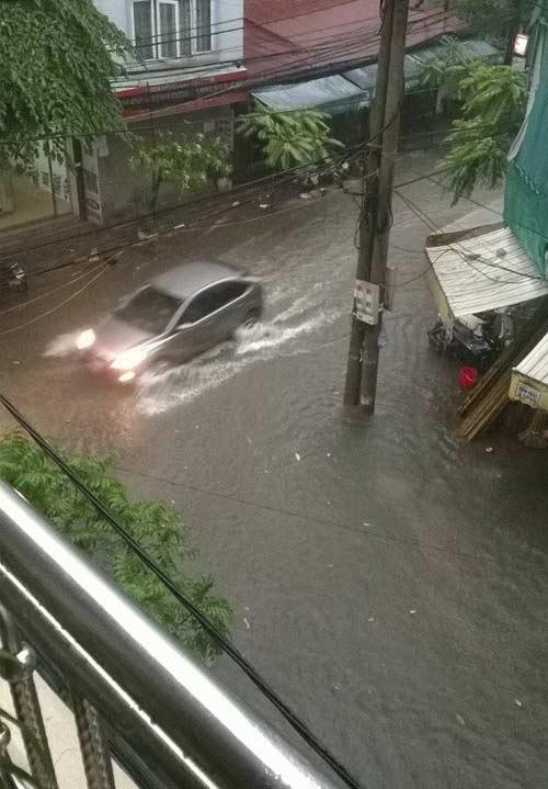 Ảnh Hà Nội ngập lụt tràn lên cả mạng xã hội - 4