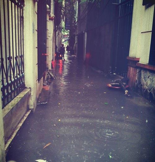 Ảnh Hà Nội ngập lụt tràn lên cả mạng xã hội - 6