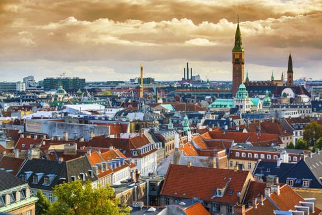 1)Đan Mạch đứng đầu danh sách các quốc gia hòa bình nhất trên thế giới. Người Đan Mạch rất thân thiện, cởi mở và nhiệt tình.