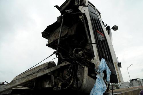 HN: Mất lái, xe đầu kéo tông gãy đèn tín hiệu GT - 2
